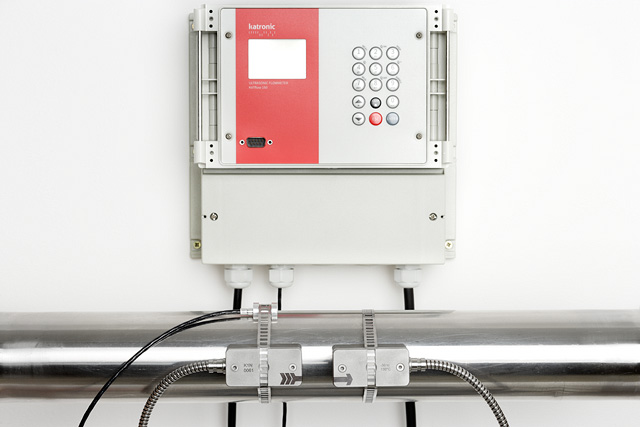 Wall-mounted flow meter KATflow 150 with Pt 100 temperature sensor