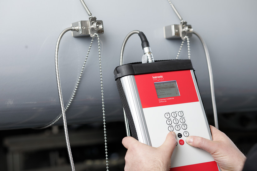 The KATflow 230 clamp-on ultrasonic flow meter for temporary measurements with two measurement channels and heat quantity measurements.